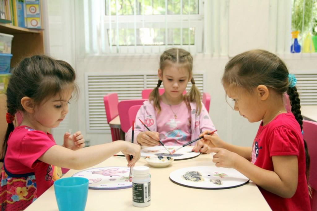 """Детки студии """"Тет-А-Тет"""" на творческом занятии - мастерят часы"""
