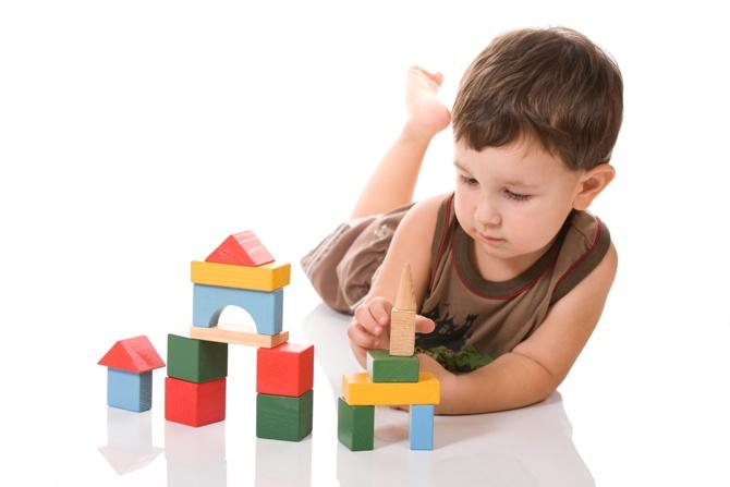 Через игру ребенок познает окружающий мир, осваивает необходимые для жизни навыки и учится взаимодействовать с людьми.