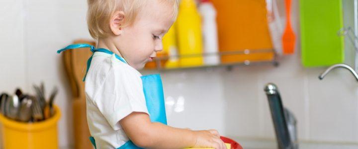 Мамин помощник: какие домашние дела поручить ребенку